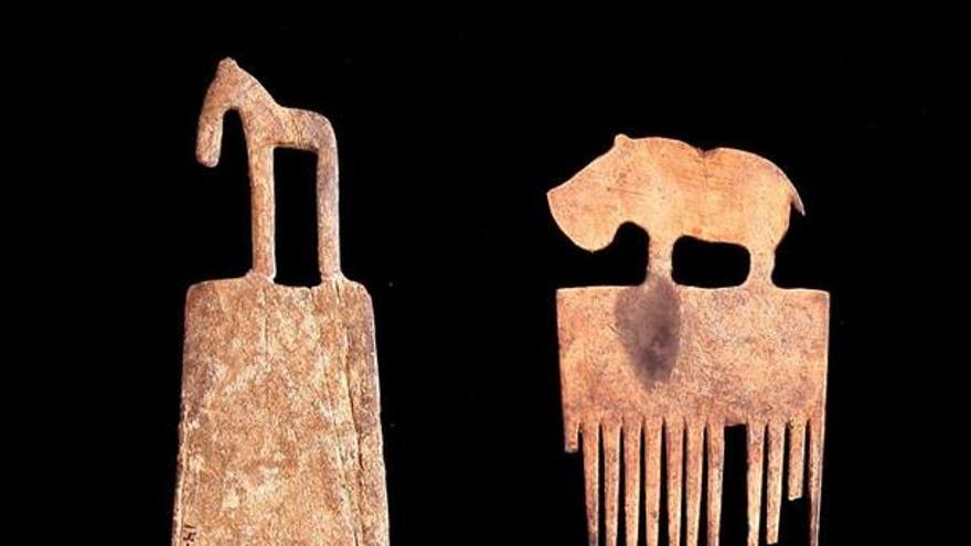 Fotografía facilitada por Hierakonpolis Expedition, de peines encontrados en la tumba real 72 de Hieracómpolis / EFE