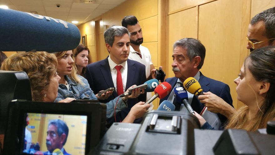 Revilla y Zuloaga comparecen ante los medios tras reunirse más de una hora en la sede del Gobierno. | RUBÉN VIVAR