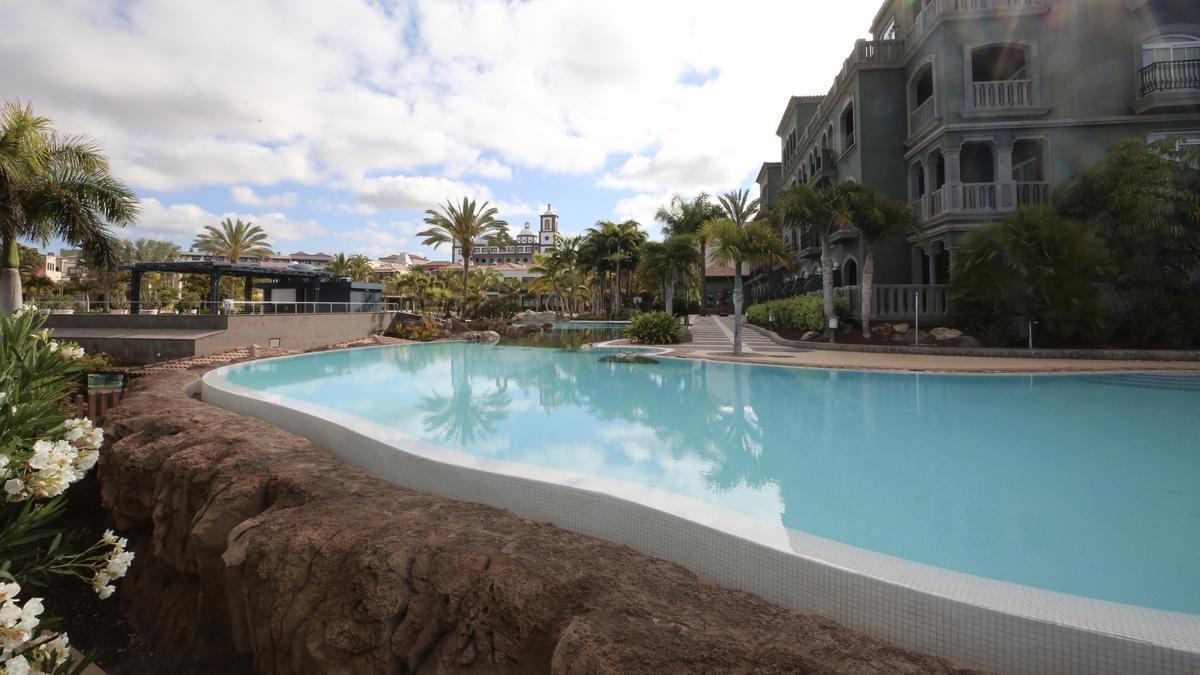 Piscina de un hotel en Gran Canaria. (ALEJANDRO RAMOS)
