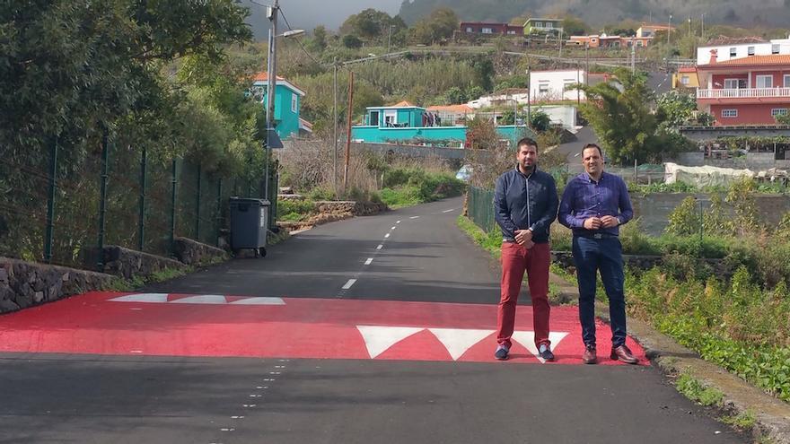 Jonathan Felipe (d) y Borja Perdomo en un reductor de velocidad del camino Payo.