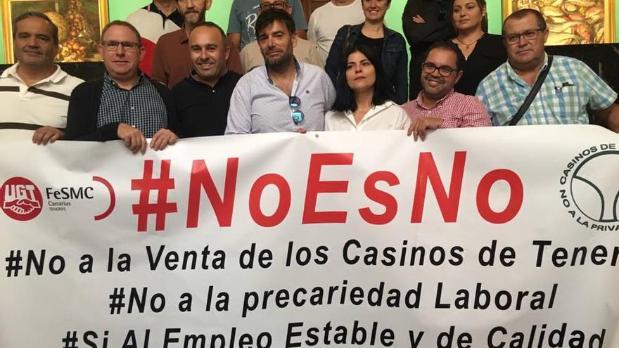 Pancarta de protesta contra la venta de los casinos por el Cabildo tinerfeño, en las escalinatas interiores del palacio insular