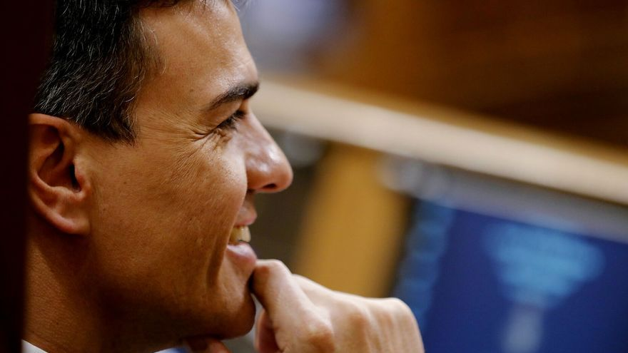 Pedro Sánchez escucha desde el hemiciclo el debate de la moción de censura del PSOE contra Mariano Rajoy.