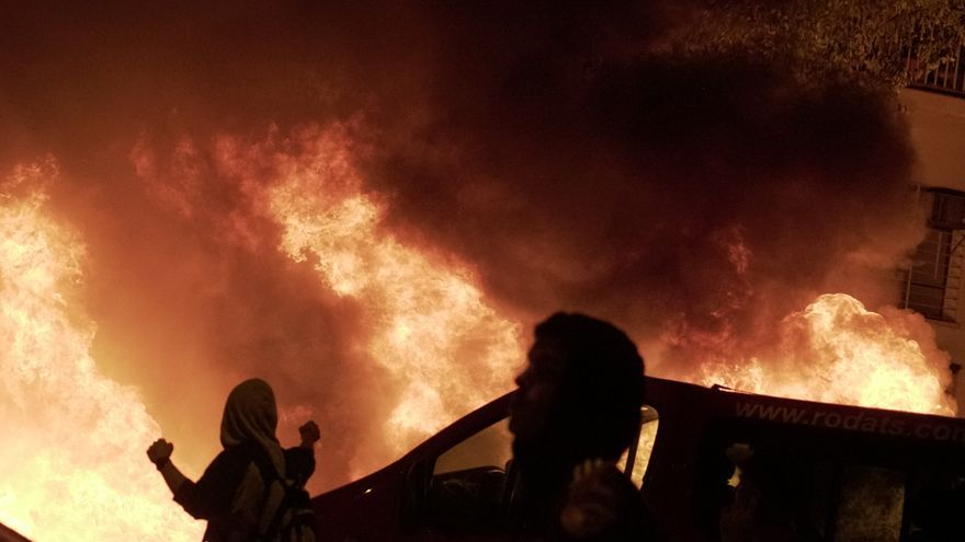 Fuegos en las calles del centro de Barcelona durante las protestas contra la sentencia del procés