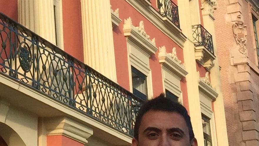 Rubén Juan Serna, candidato de UPyD a la alcaldía de Murcia, frente al ayuntamiento / MJA