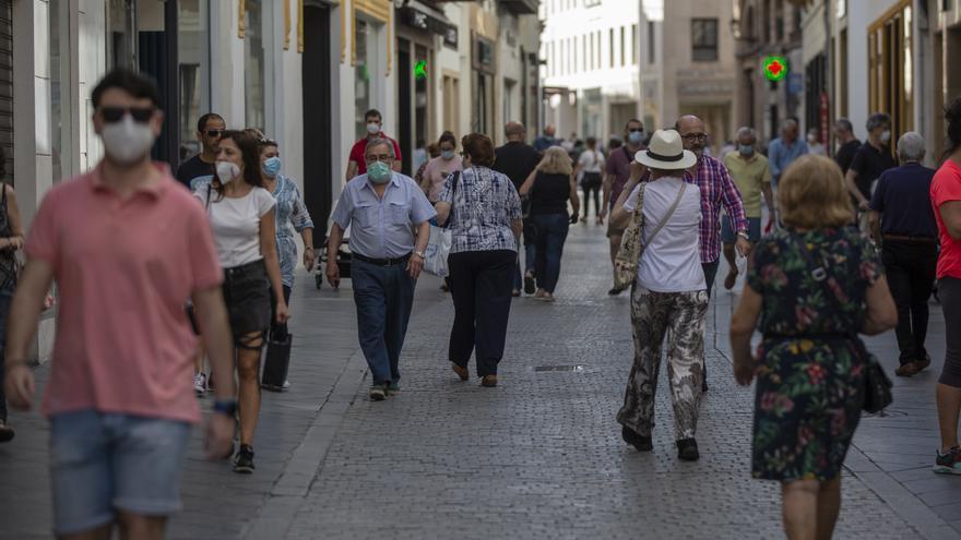 Afluencia de personas en una calle céntrica de Sevilla durante el tercer día de la fase 2.