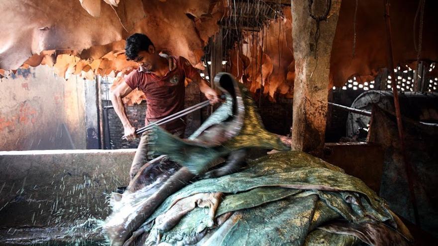 Trabajo en curtidurías del área de Hazaribagh, en Bangladesh - (c) GMB Akash.