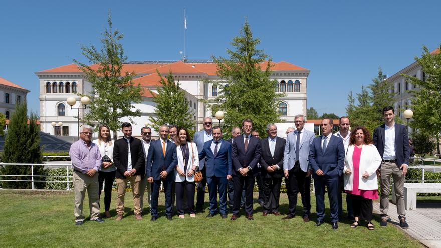 Feijóo con empleados públicos en la inauguración de la reforma exterior del complejo administrativo central de la Xunta