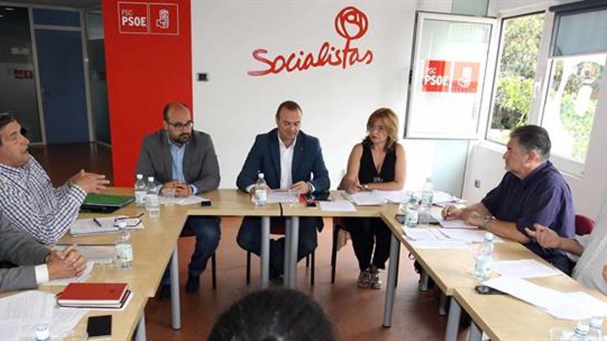 Reunión entre el PSOE, LPGC Puede y Nueva Canarias para llegar a un pacto en el Ayuntamiento de Las Palmas de Gran Canaria (EFE/Elvira Urquijo A)