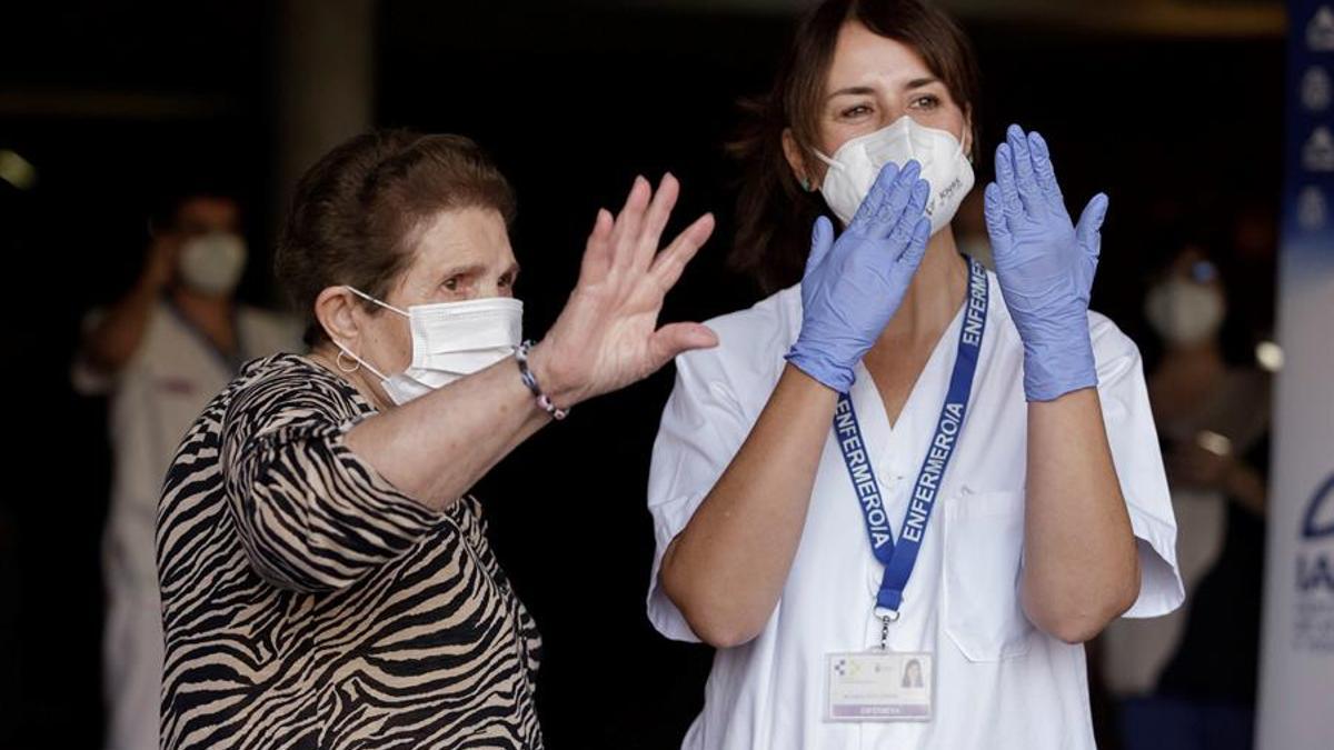 Doria Ramos González (i), de 84 años de edad, ha sido la primera persona en Canarias en recibir una dosis de la vacuna contra el Covid-19, que se la ha suministrado la enfermera Vanesa Castilla Martín (d) en el Hospital Nuestra Señora de los Dolores de Santa Cruz de Tenerife. EFE/Ramón de la Rocha