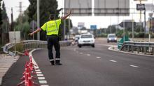Un guardia civil monta un control de tráfico.