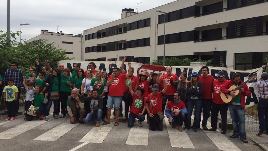 La PAH de Torrelavega se manifestó este sábado ante las 78 VPO de Ganzo para reclamar a la Sareb que destine las viviendas a alquiler social.