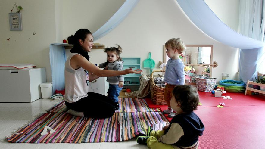 Elena de la Torre, madre de día, con tres de sus cuatro niños en su casita. / Marta Jara