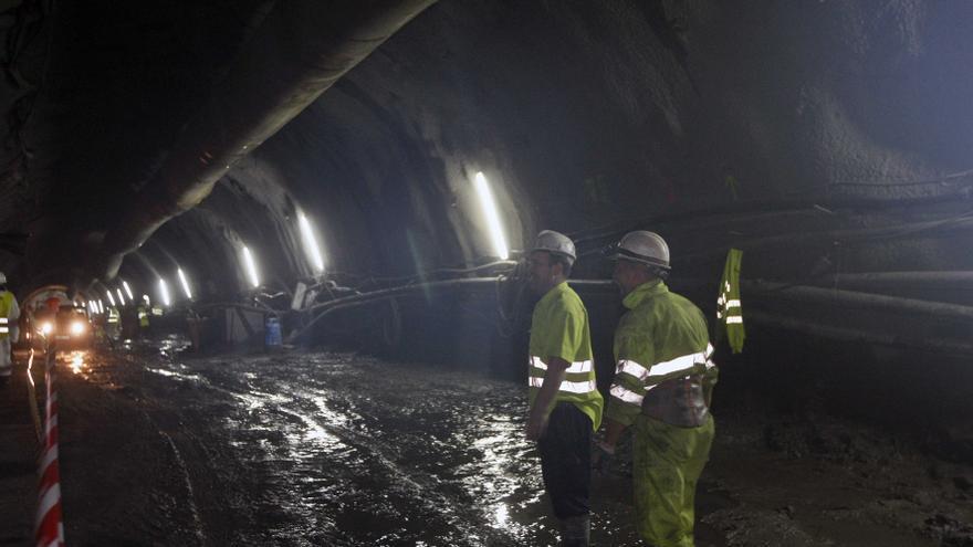Los vecinos de Txurdinaga y Uribarri llevan sufriendo más de cuatro años la construcción de la línea 3 del metro y todavía no saben hasta cuándo tendrán que seguir soportándolos./ EDN.