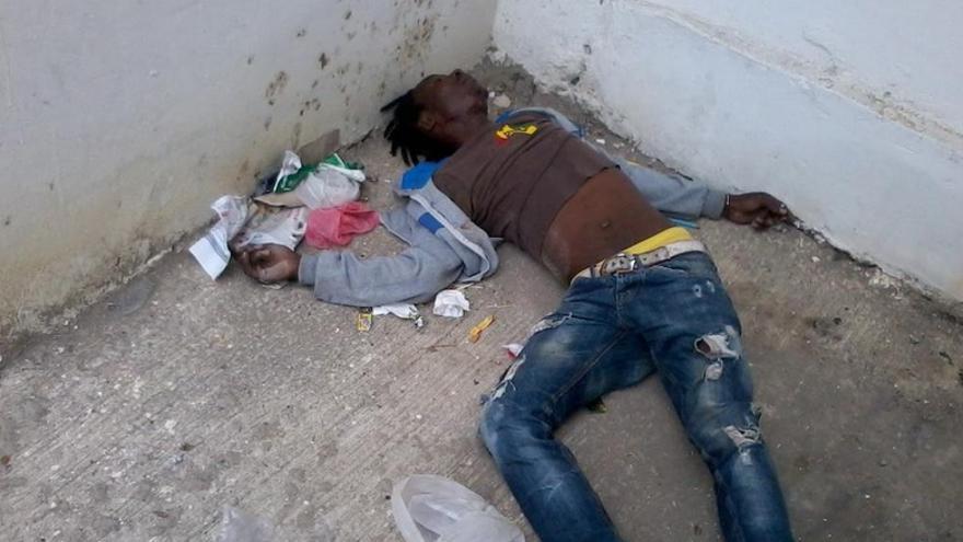 Un joven costamarfileño tras caer desde la ventana en el desalojo de subsaharianos de uno de los edificios de Boukhalef. El joven ha muerto según ha podido comprobar Caminando Fronteras/ Imagen cedida por Caminando Fronteras.