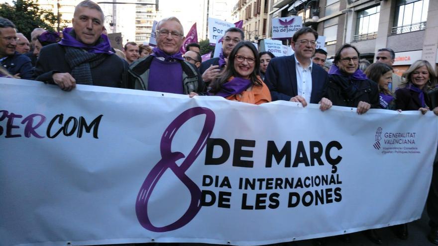 Representantes del Gobierno Valenciano y el alcalde de València sostienen una pancarta en el 8M
