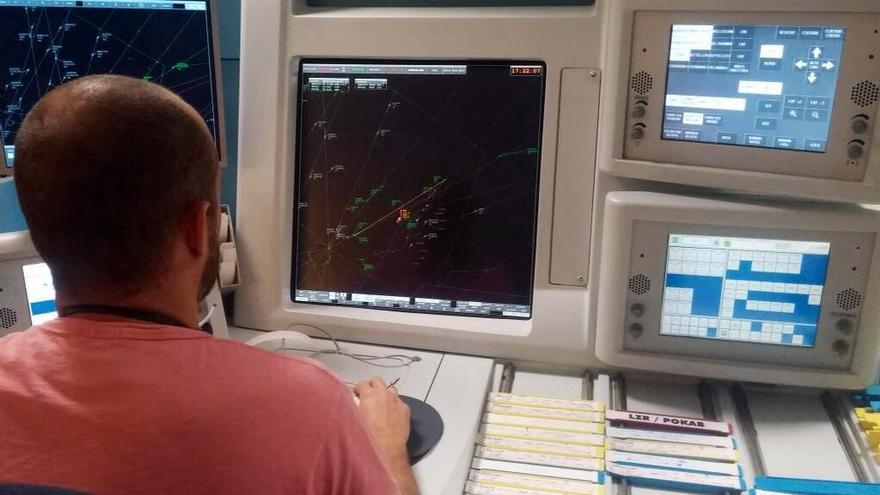 Un controlador aéreo en una torre de control.