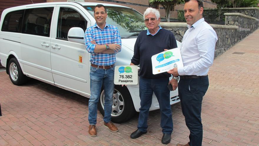 Concejales del Gobierno local, hoy junto a un taxista