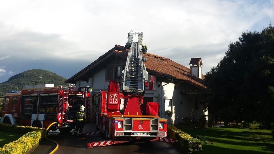 Extinguen un incendio originado en la chimenea de una vivienda de Escalante
