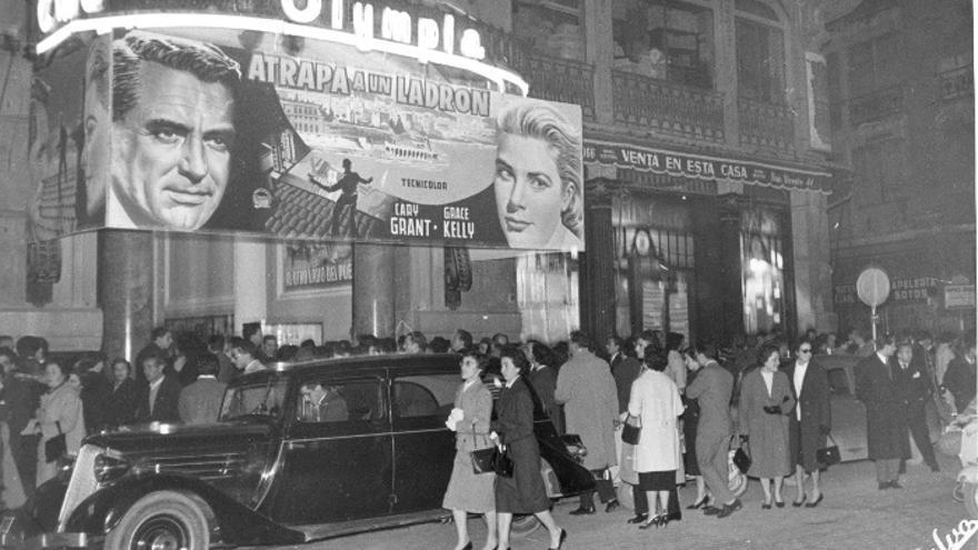 El exterior del Olympia para la proyección de 'Atrapa a un ladrón', con Cary Grant y Grace Kelly