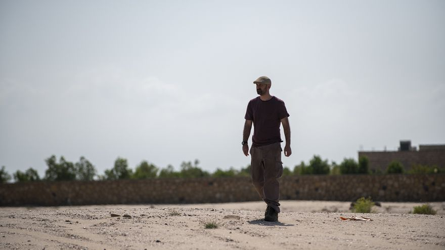 Alfredo González-Ruibal, codirector del equipo del CSIC-Incipit, prospectando una zona cercana a la ciudad de Berbera. | Álvaro Minguito.