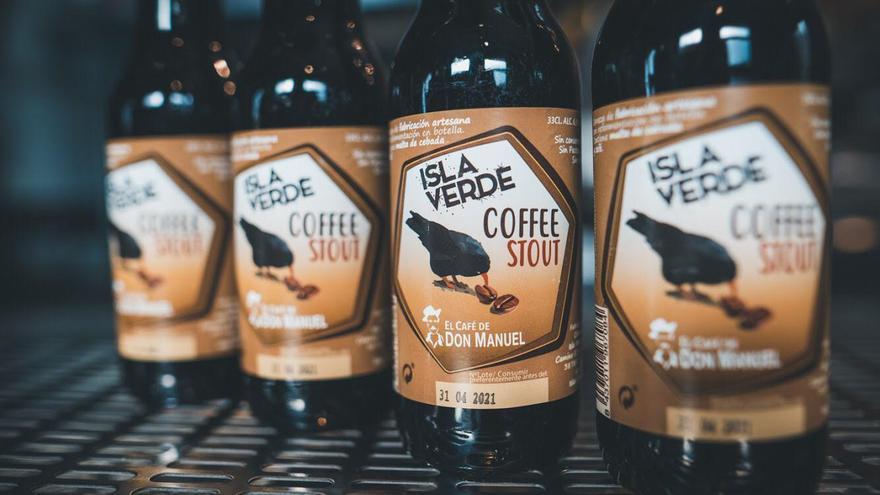 En la imagen, las botellas de cerveza con café elaborada en La Palma.