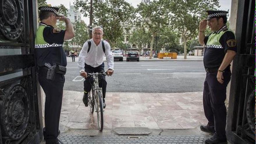 Joan Ribó llega en bicicleta en su primer día en el ayuntamiento tras su toma de posesión como alcalde. / @Compromis