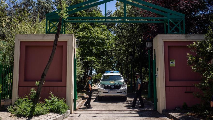 Un vehículo y varios agentes de la Guardia Civil vigilan en las inmediaciones del domicilio del productor de televisión José Luis Moreno el día de su detención, a 29 de junio de 2021, en Boadilla del Monte, Madrid (España).