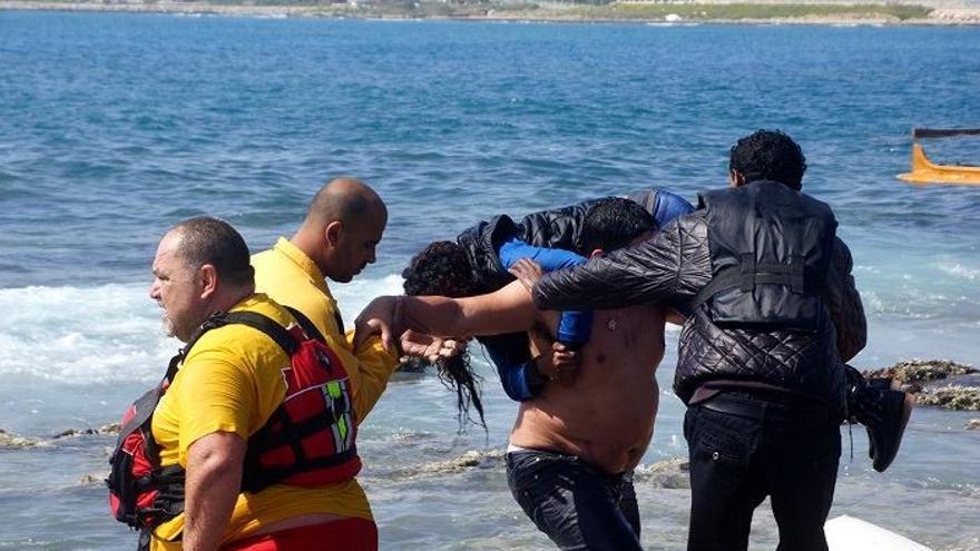 Thasos y otros compañeros participan en las labores de rescate del naufragio en la costa de Rodas (Grecia). / Foto cedida: Eleftheria Pellou, periodista de Rodiaki.