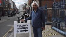 """Azmal Hussain, conocido en Brick Lane como """"el rey del curry"""", no puede votar porque aún conserva la nacionalidad de Bangladesh. Foto: Maruxa Ruiz del Árbol."""
