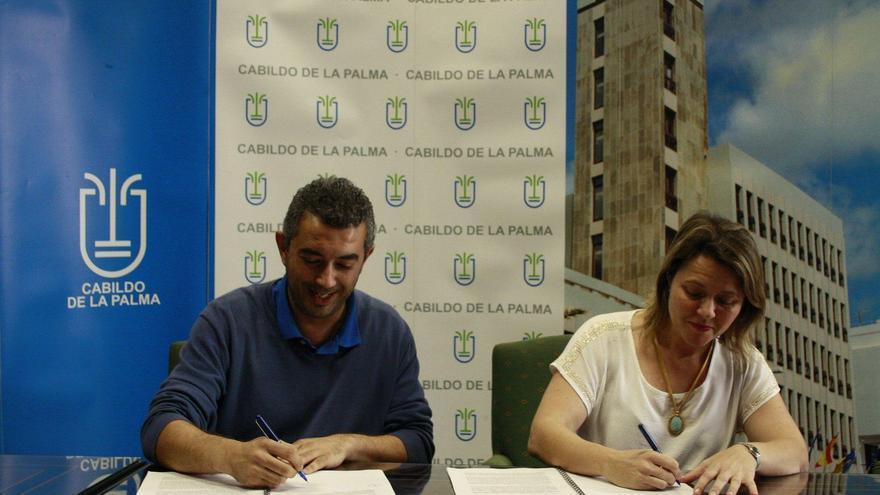 Víctor Martín, presidente del CD Mensajero, y Alicia Vanoostende, consejera de Turismo del Cabildo.