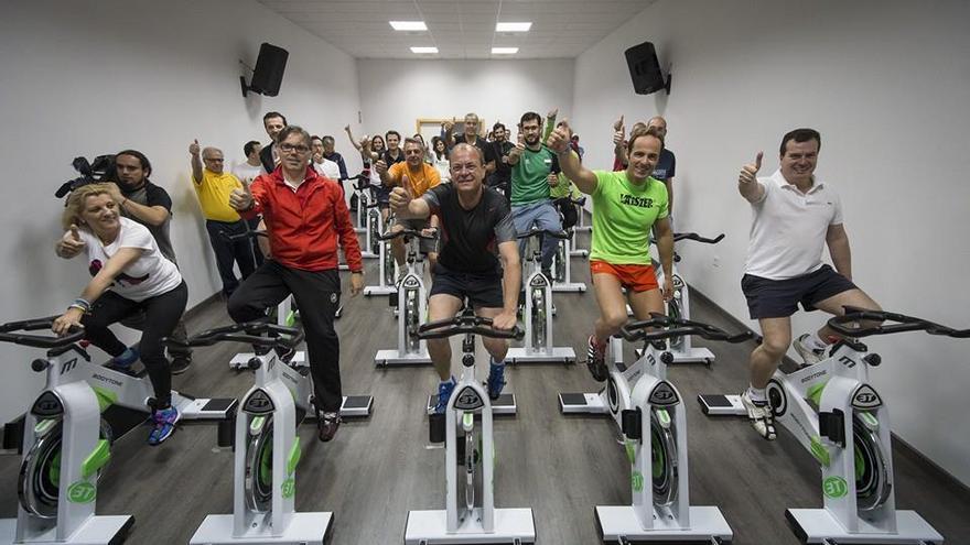 José Antonio Monago practicando 'spinning' en un gimnasio para anunciar una nueva medida