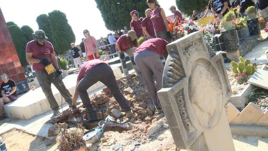 Un momento de los trabajos de exhumación en el cementerio de Paterna