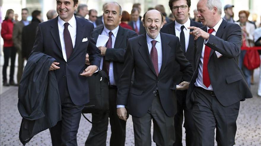 """Rubalcaba dice que el """"espanto"""" por las declaraciones de Aznar no hace """"magníficas"""" las políticas de Rajoy"""