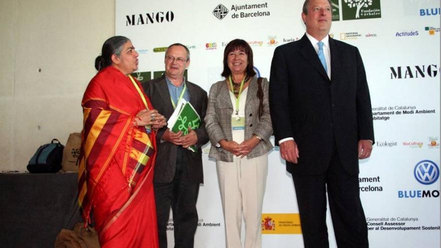 La escritora india Vandana Shiva, el fundador de MNSS, Juan Valero, Cristina Narbona y Al Gore, en Barcelona en junio de 2007. Foto: MNSS