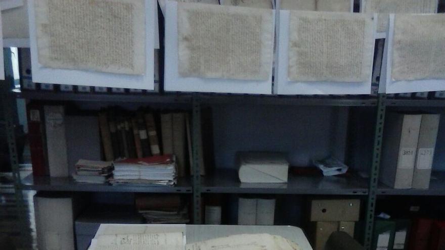 Las goteras en el Ayuntamiento de Santander ponen en peligro el Archivo municipal.
