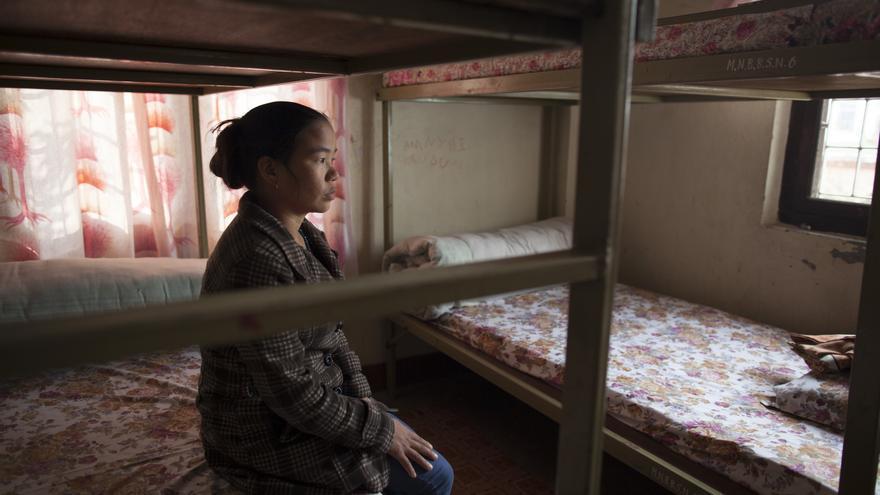 Purnima tiene 27 años y acaba de ser interceptada en la frontera de Lumbini con India. Ser viuda o madre soltera en Nepal está muy mal visto; las mujeres en esta situación son vulnerables, muchas veces agredidas y no las aceptan en su comunidad. Purnima es costurera, pero su negocio no iba bien y un hombre le ofreció ir a la India para ganar más dinero en la industria textial. Su intermediario pasó primero la frontera, luego ella, cuando fue interceptada por nosotros y llevada a una Transit Home –Casa de Tránsito– hasta que pudiera volver a casa. Foto: Ayuda en Acción / Ofelia de Pablo y Javier Zurita
