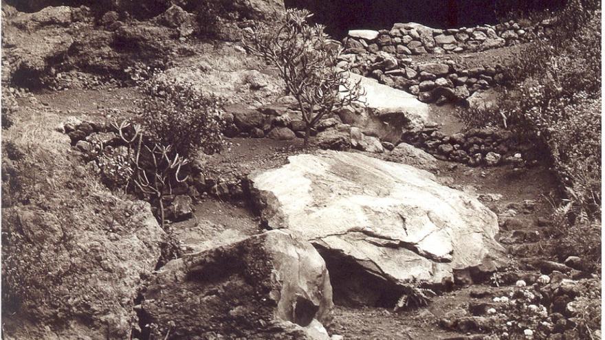Cueva y tres paneles de grabados en Belmaco.