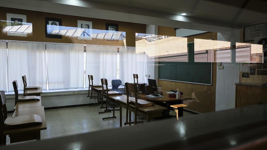 Un aula de un colegio cerrado por la epidemia de coronavirus.