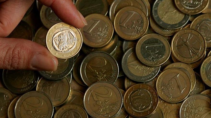 El euro baja a 1,1857 dólares