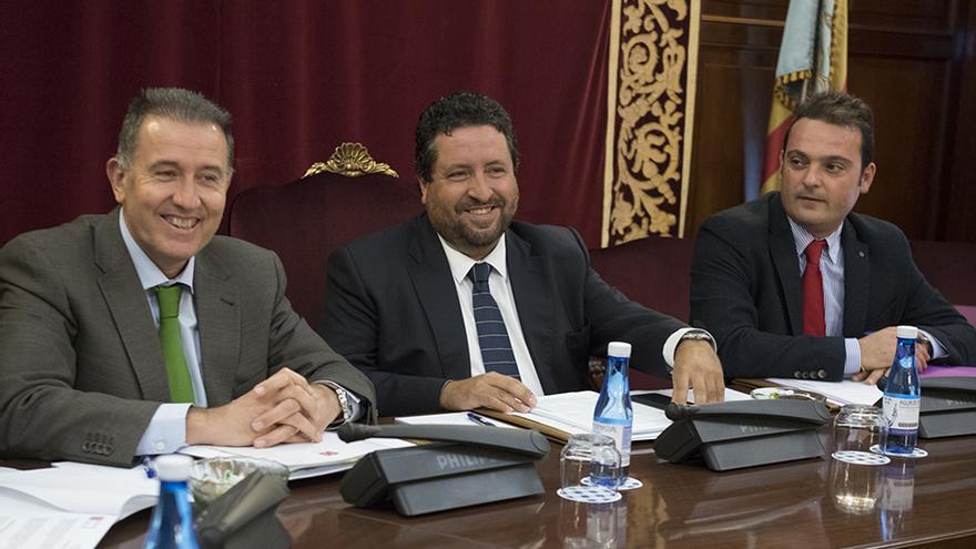 Vicent Sales, primero por la izquierda junto al presidente de la diputación