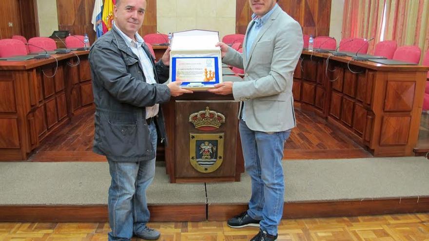 El consejero de Deportes, Mariano Hernández, entrega una placa José Carlos Martín Rodríguez por su trayectoria profesional de más de 20 años como técnico de Promoción Deportiva del Servicio Insular de Deportes.
