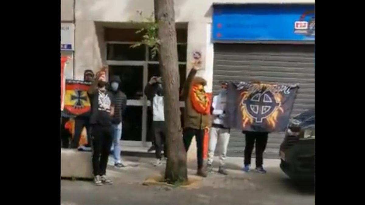 Imagen de los ultras que han insultado a Rufián.
