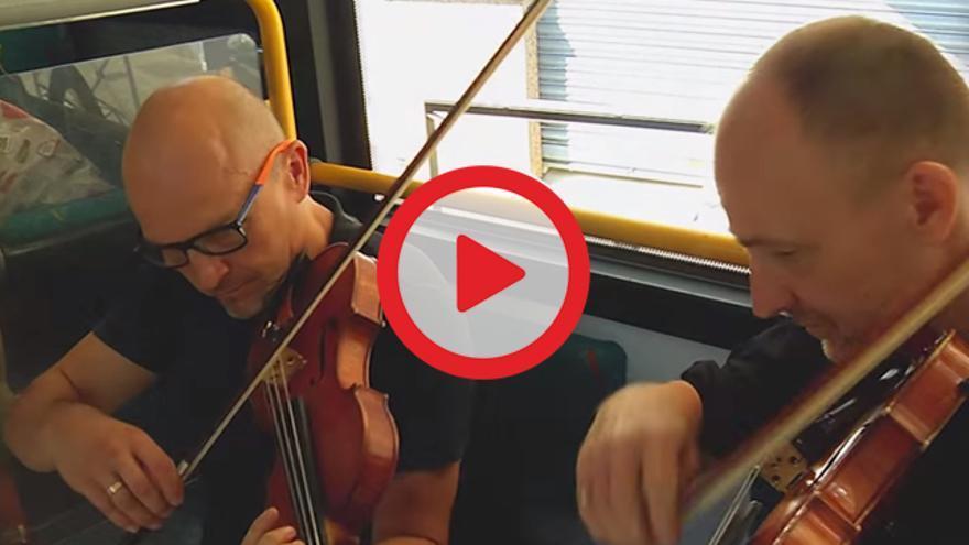 Música sobre ruedas con actuaciones de orquesta en el autobús para promocionar la cultura