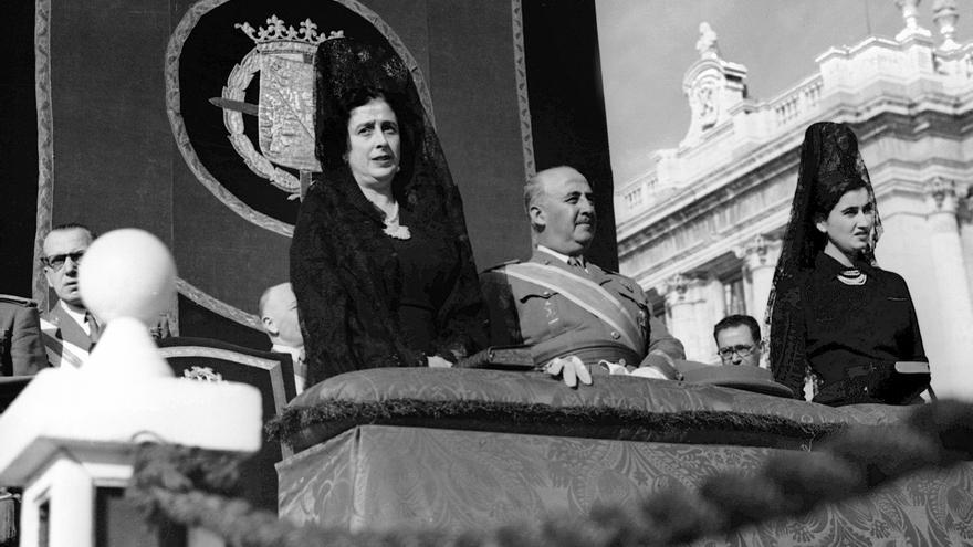 El dictador Francisco Franco, junto a su mujer y su hija, en la misa de La Almudena (1948) / EFE