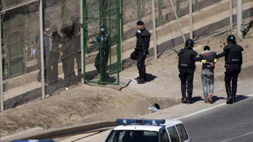los dos subsaharianos han descendido por una de las escaleras colocadas por la Guardia Civil y, posteriormente, han sido entregados a las autoridades marroquíes por una de las puertas de acceso de la valla/ Foto: Efe