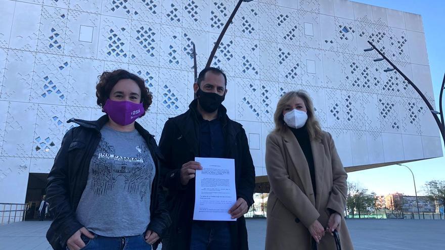 Sebastián Pérez (centro) muestra ante la Ciudad de la Justicia de Córdoba , junto a Ana Naranjo (izda.), la denuncia presentada en la Fiscalía.