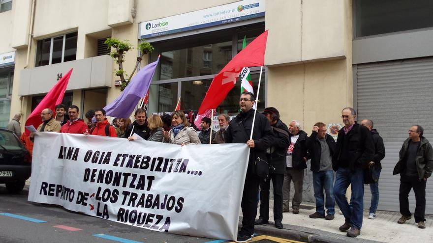 Concentración de la Plataforma de las Marchas por la Dignidad de Gipuzkoa frente a una sede de Lanbide