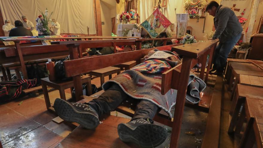 Vista general del velatorio de algunas de las víctimas fatales de los disturbios ocurridos en la víspera cerca de una refinería de gas este miércoles, en el templo San Francisco de Asís, en El Alto (Bolivia).