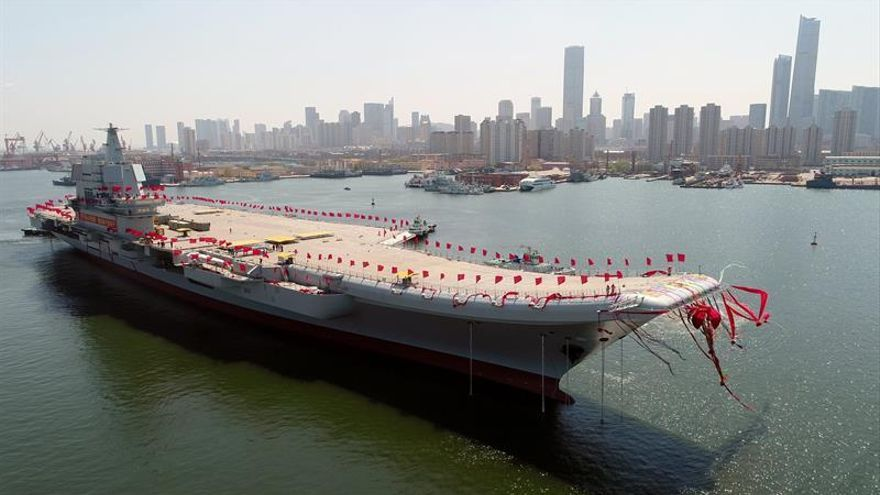 China presenta su primer portaaviones propio en medio de tensiones regionales