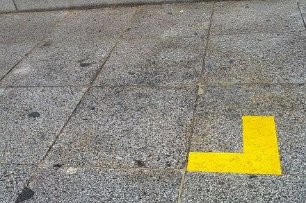 Una señal parecida a la de la imagen será la que marcará los límites de las terrazas | Foto: Somos Malasaña